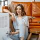 Jeune femme devant purificateur d'air aeromax